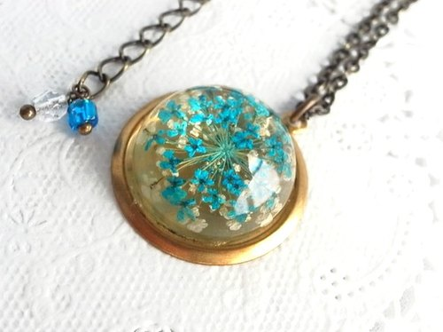 Kabosshon necklace that containment of the dried flower of light blue florets