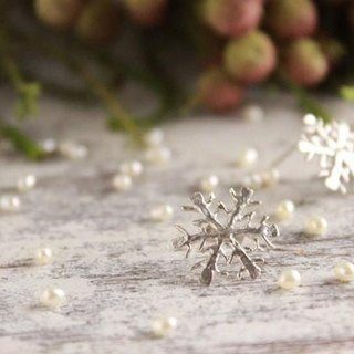 silver snowflake earrings (stud type)