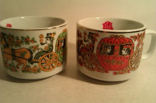 2 Vintage Coffee Mugs with Carriage Printing 2个早期南瓜马车图案咖啡杯