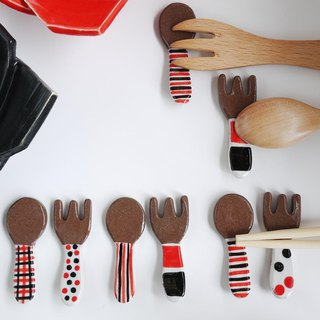 Chopstick rest of spoon and fork [red × black]