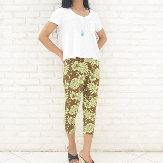 Superb comfort! Tropical hibiscus print stretch leggings shorts <Brown>