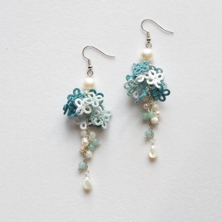 Small flowers of tatting and pierced earrings of frostball · Frosty Blue