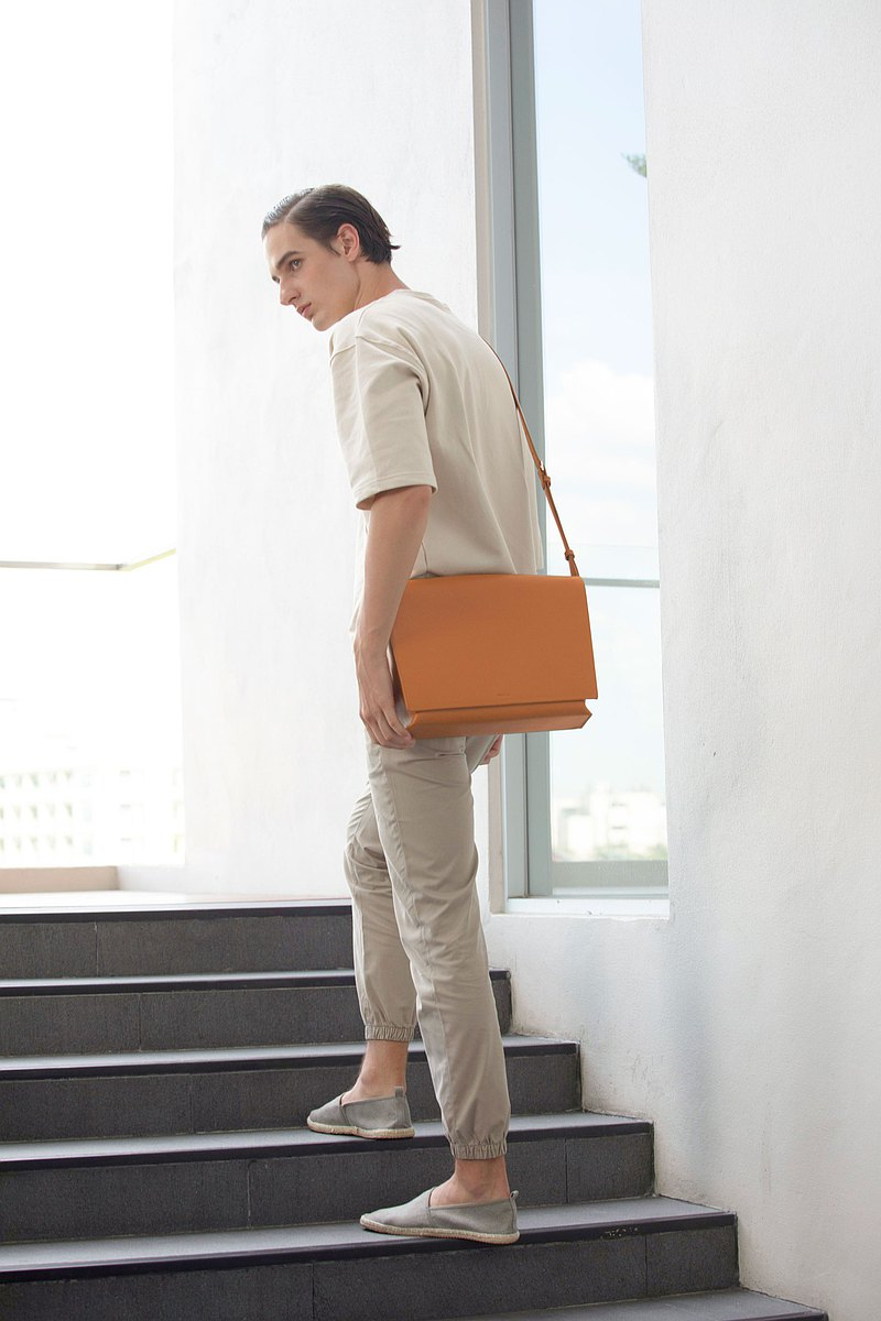 DA05 Messenger Bag – Brown (Minimal Leather Bag)