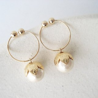 cotton pearl with leafy cap, tiny hoop earrings 夾式耳環