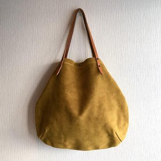 Round tote bag of cattle floor velor and extremely thick oil nude [mustard yellow]