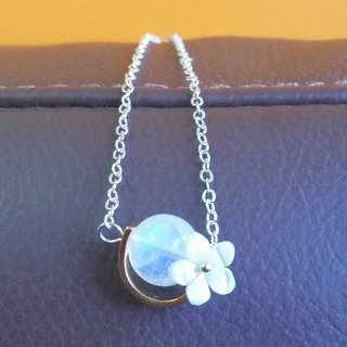 10mm的月亮石配以贝母樱花 纯银锁骨项链 10mm moonstone with mother pearl flower  925  silver necklace