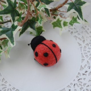 Lucky bug's plump mini brooch
