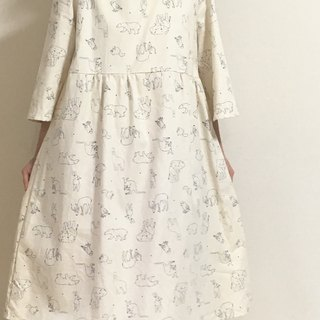Small star and animals relaxing sleeping gathered dress one-piece round neck off white