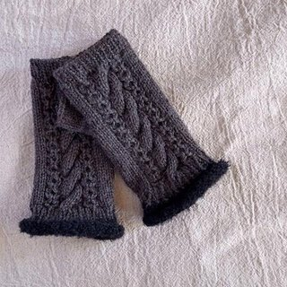 No finger of knitted Aran pattern in alpaca wool mittens, charcoal gray