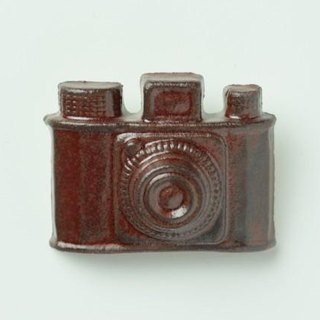 Pottery brooches camera (dark brown)