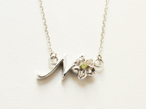 Initials Flower Necklace N (peridot)
