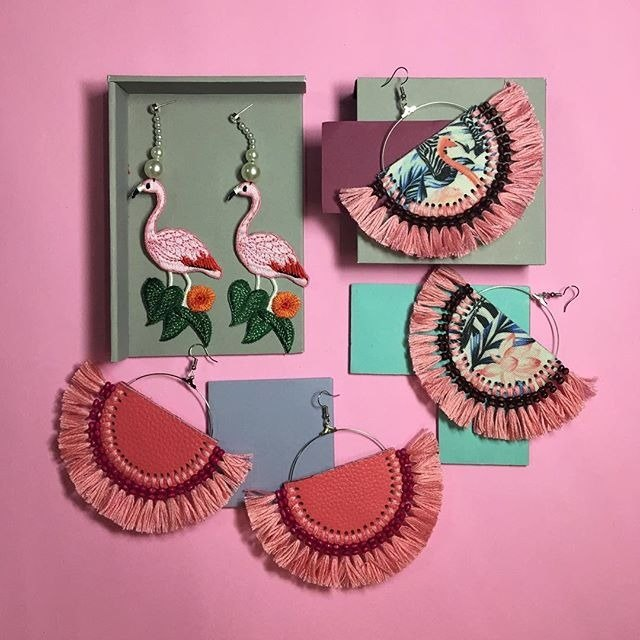 Earrings: flamingo fan