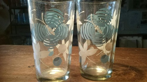 2 Vintage 10 cm  glasses with white/blue pattern   2个早期可爱蝴蝶图案蓝白玻璃杯