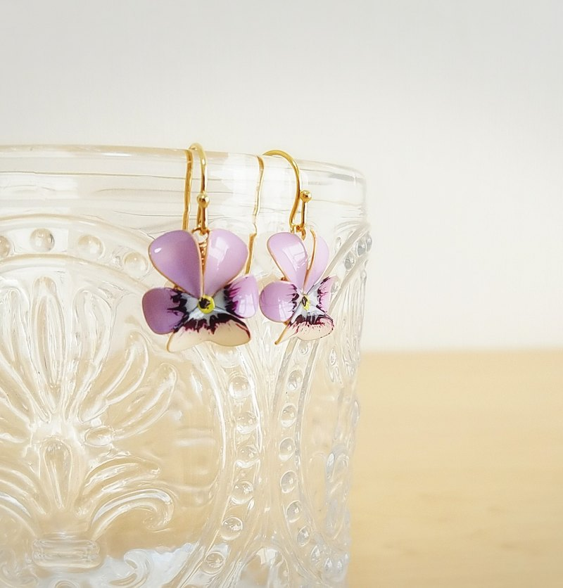 viola pierced earrings or clip-on earrings  <C>