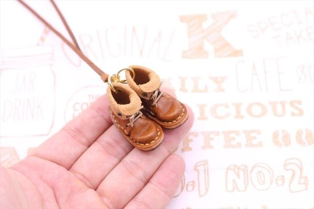 Of small leather boots necklace | chocolate