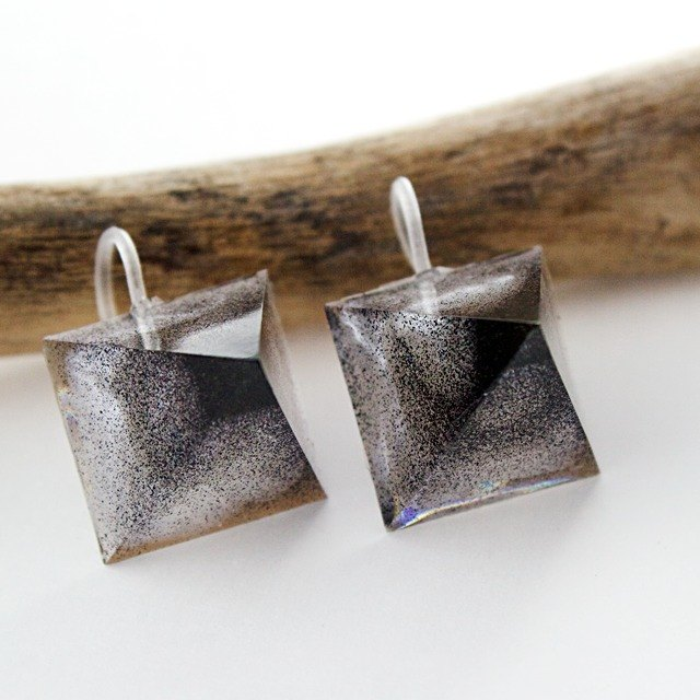 Acute angle pyramid hook earrings (Ninja)