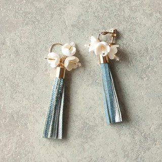 Flower and tassel earrings / earring / denim / white