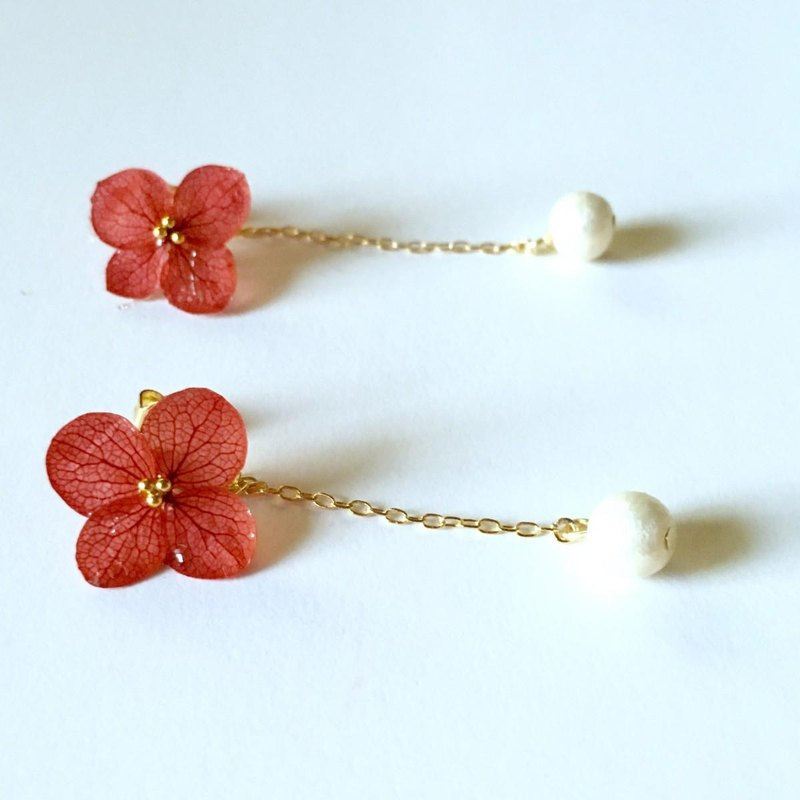 * Red * Hitohira Hydrangea Earrings and Long Pearl Catch