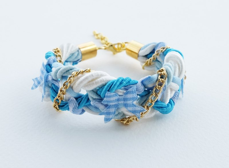 Braided bracelet in blue and white with gold chain