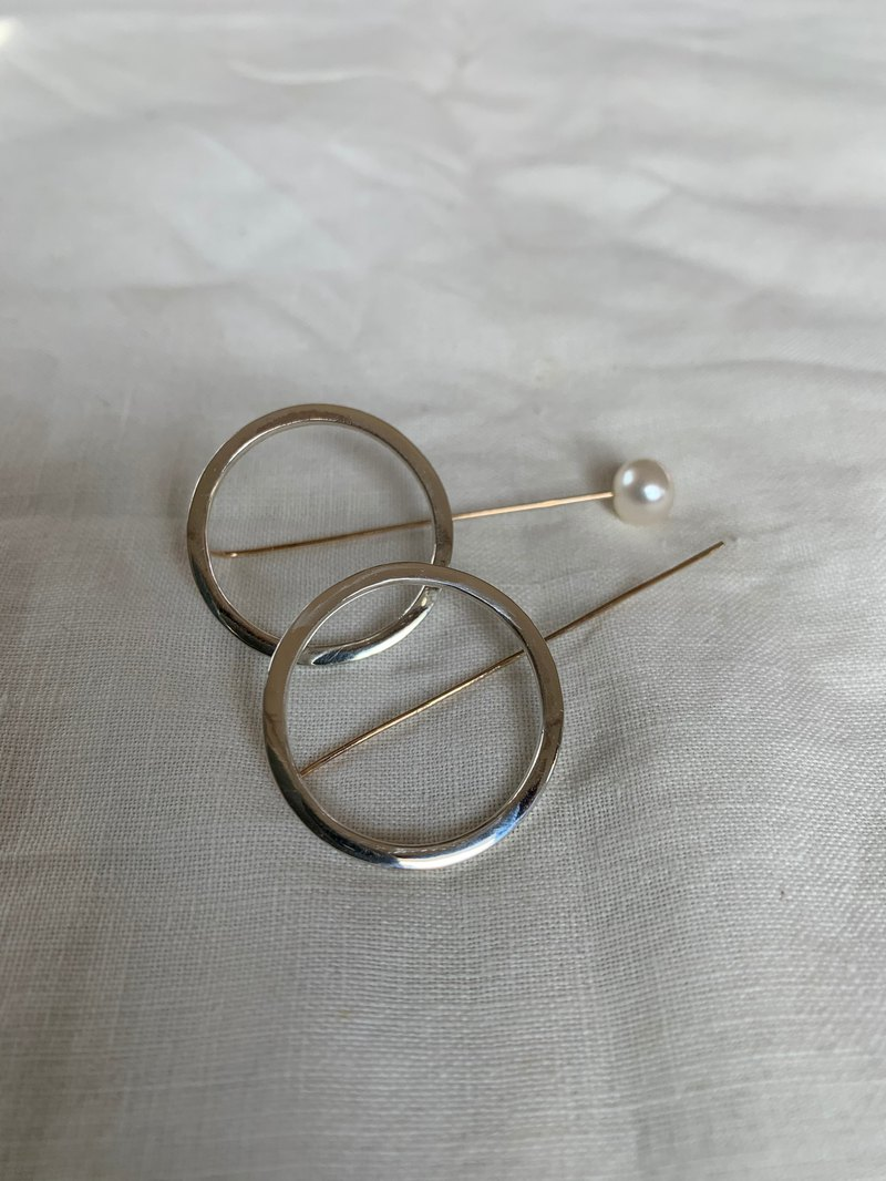 Large ring pearl catch earrings
