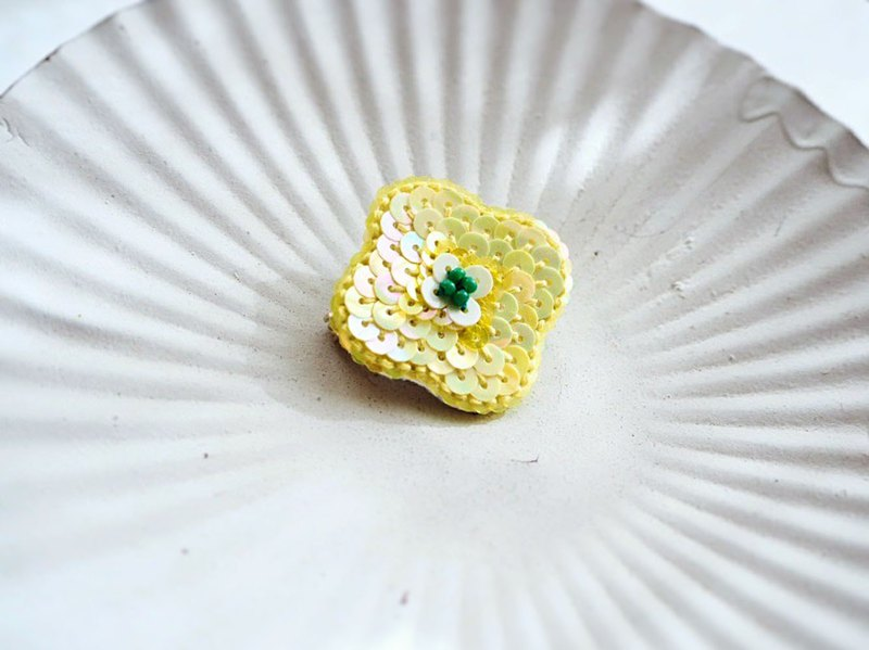 [Embroidery] Flower brooch canary yellow