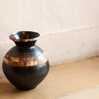 Izu soil black glazed pot