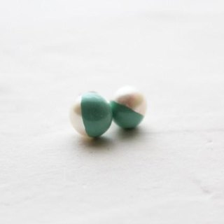 Two-tone pearl earring of color lacquer white green emerald