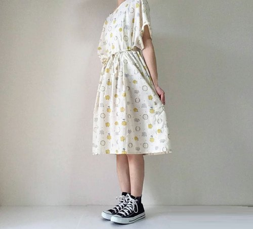 Gather one piece dress with ribbon Small flower bouquet cotton Off white