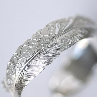 Tangarus × feather bangle 【free shipping】 It is a bangle carved feather with Japanese traditional technique