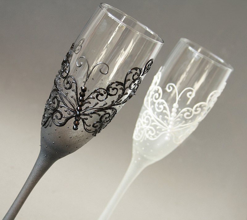 Wedding Champagne Glasses Bride Groom Buttefy Mr and Mrs, Han-painted