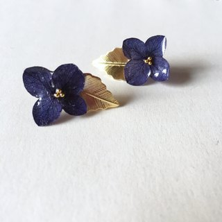Hydrangea and Gold Leaf pierced earrings*Navy*