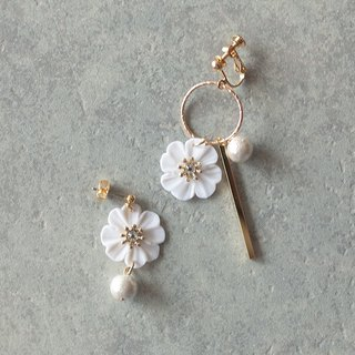 Hoop and flower earrings / earrings / white