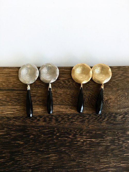 Onyx and brass motif earring