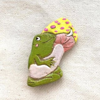 Frog is a mushroom brooch (china clay)