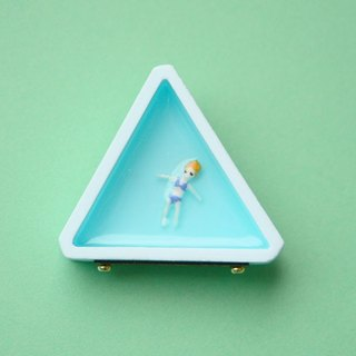Celebrity Brooch - triangle / blue