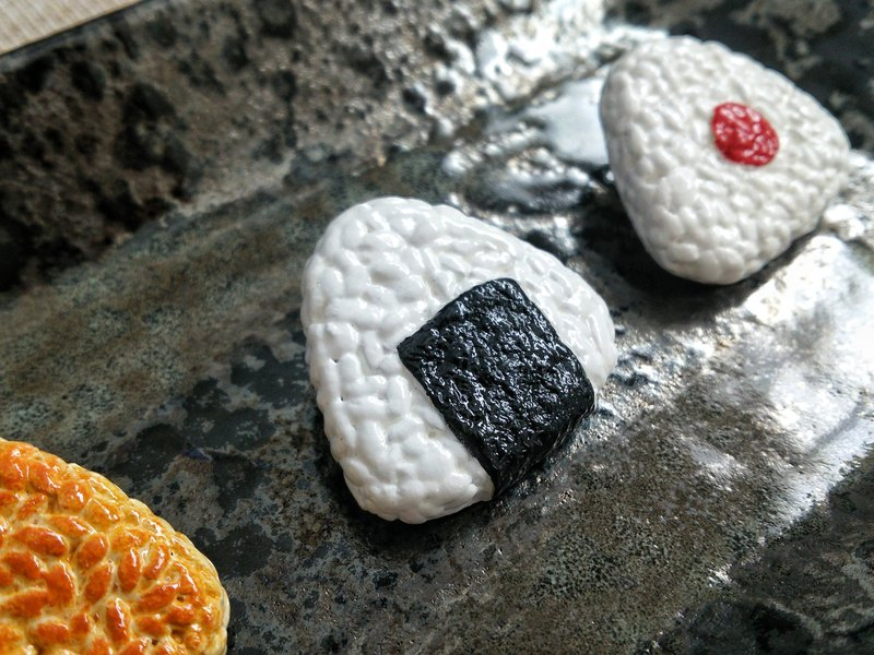 Porcelain clay brooch of grilled seaweed rice ball