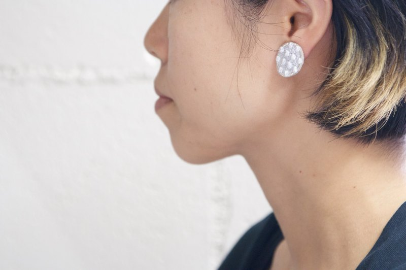 Dot earrings white × silver