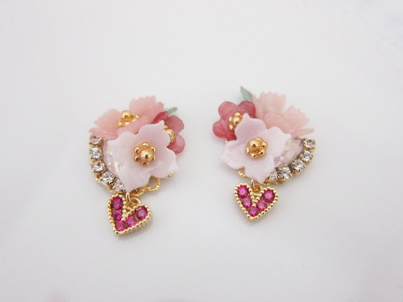 Dokke -Pearl earrings with flower bouquet and heart charm
