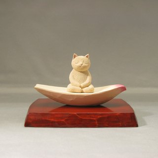 A carving cat, such as the meditation sitting in lotus petals.001122