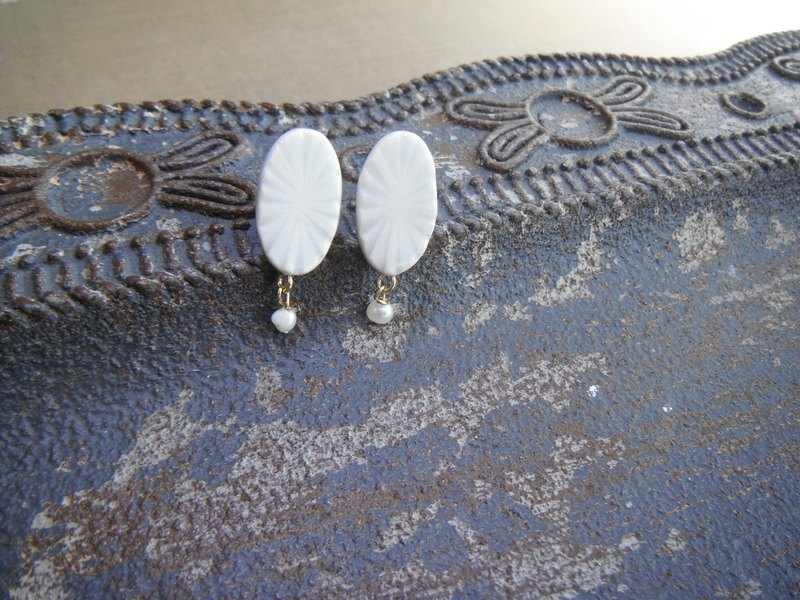Carved Moyou's Oval pierce / earring, freshwater pearl