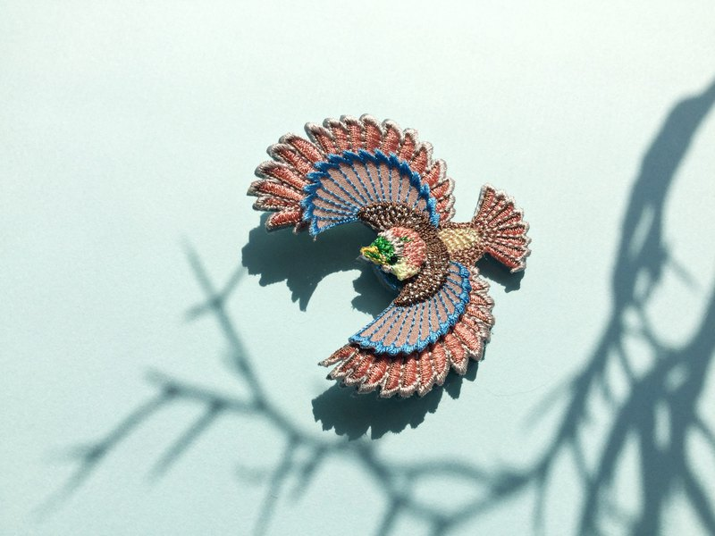 ARRO / Embroidery brooch / Flying bird / pink