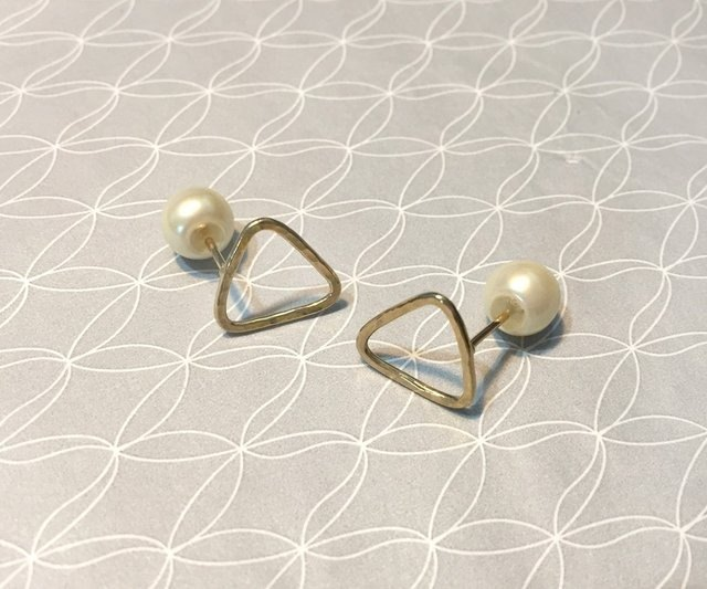 Inverted triangle and pearl earrings