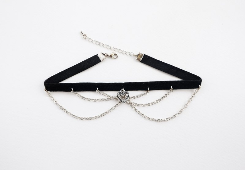 Chain and heart charm velvet choker / necklace in black