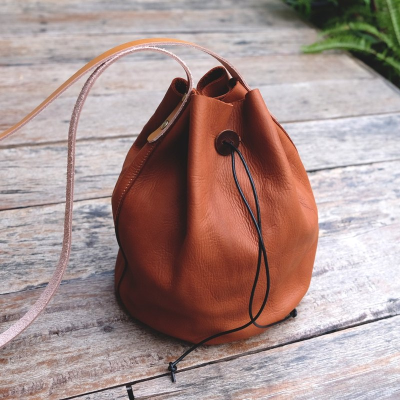 Small Wrinkle Bucket Leather Bag / Tan Simple Cross-body Bag