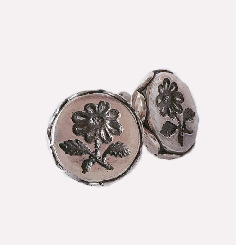浮雕花形耳环 / Embossed flower earrings