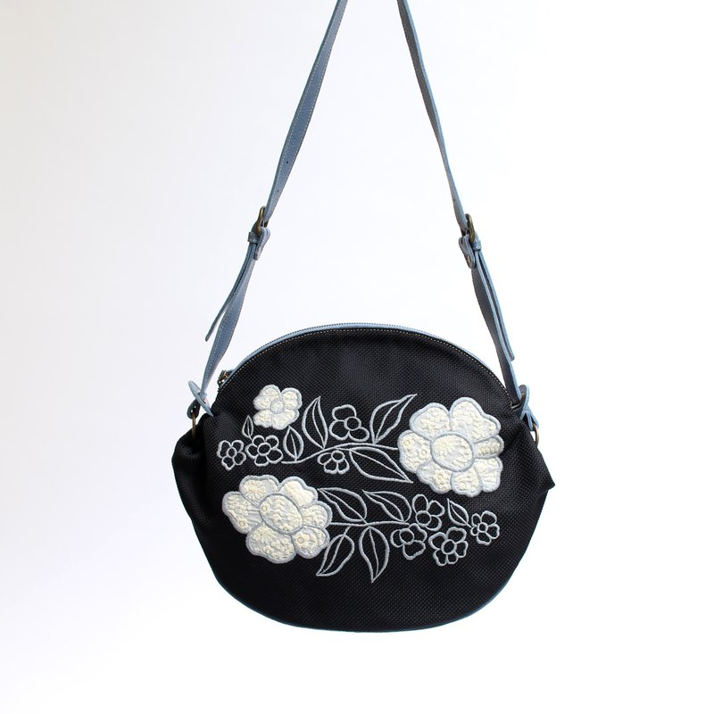 Retro flower embroidery · shoulder bag
