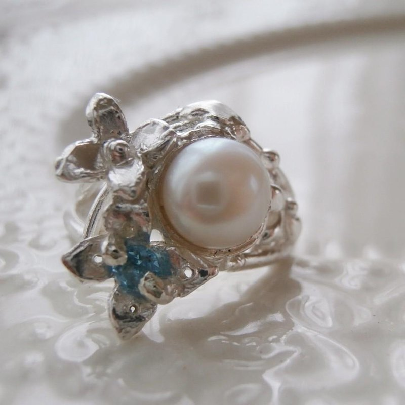 Ring of freshwater pearl and blue topaz