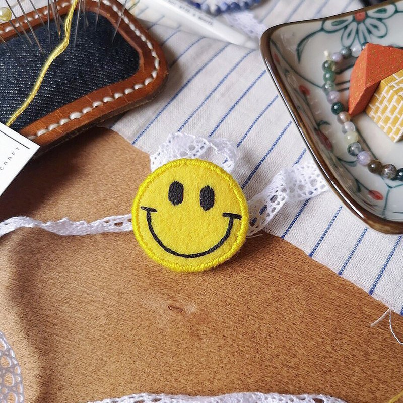 Embroidery  : Yellow Smiley Face Pin