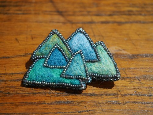 Sparkling brooch of continuous mountain